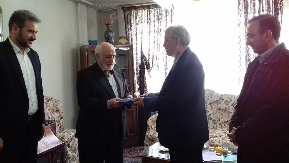 دیدار مسئولان فرهنگی شهر ری با شاعر انقلاب